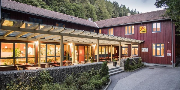 hoteleingang-terrasse-jufa-natur-hotel-bruck