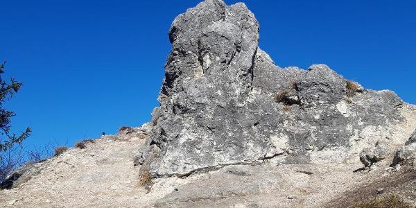 Entlang des Weges passieren wir einige imposante Felsformationen