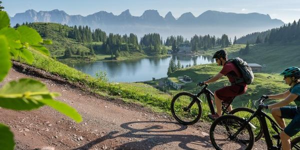 Die Biketour führt am idyllischen Seebensee vorbei. Immer im Blickfeld: die Churfisten.