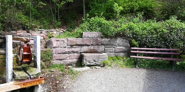 Das Wasserrad und die Härtwig-Hütte laden zur Rast ein.