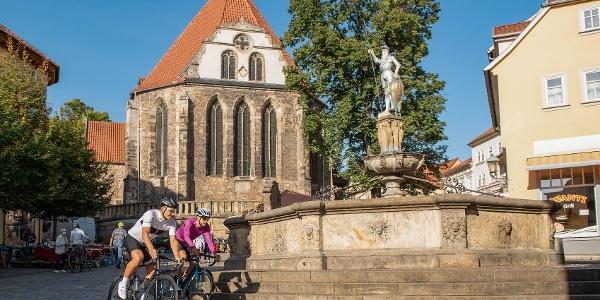 Marcel Kittel und Rennrad Magazin-Redakteur Johann Fährmann vor dem Hopfenbrunnen und der Bachkirche Arnstadt