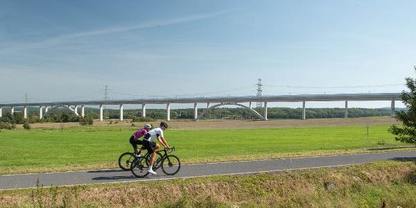 Unterwegs auf dem Ilm-Rennsteig-Radweg kurz vor der längsten ICE-Brücke Deutschlands