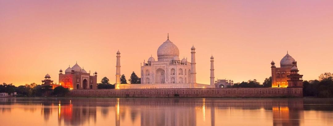 ताजमहल दुनिया के सबसे ज्यादा देखे जाने वाले पर्यटन स्थलों में से एक है। आगरा, भारत।