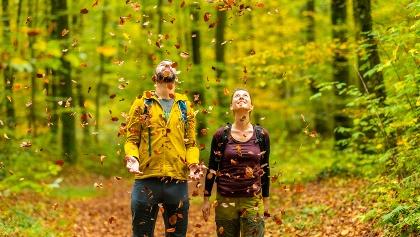 Wanderer im Blätterregen