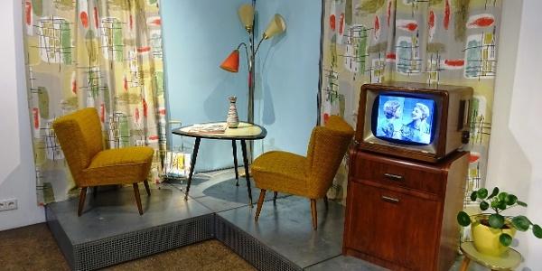 Eine Wohnzimmerszene im Design der 50er Jahre in der Ausstellung