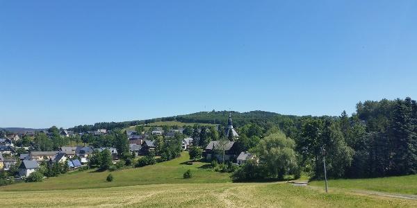Vom Reicheltberg Blick auf Schwartenberg und Kirche Seiffen