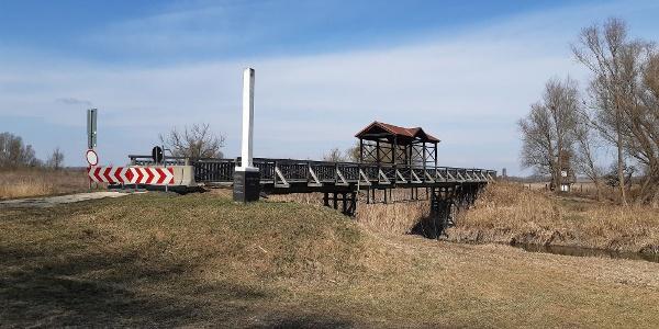 Az Andaui-híd magyar hídfőjénél emlékoszlopok emlékeztetnek az 1956-os exodusra