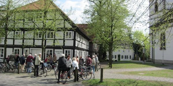 Radfahrende vor dem Heimathaus am Kirchplatz