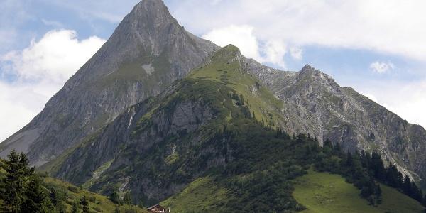 Brandberger Kolmhaus mit dem Brandberger Kolm in den Zillertaler Alpen