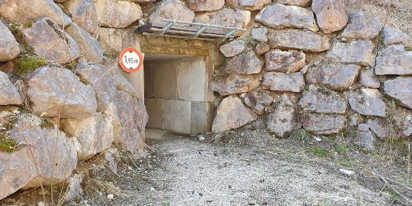 Durchfahrt unter das Förderband vom Steinbruch.