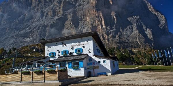 Erste Kulinarische Station, die Emilio Comici Hütte unter dem Langkofel