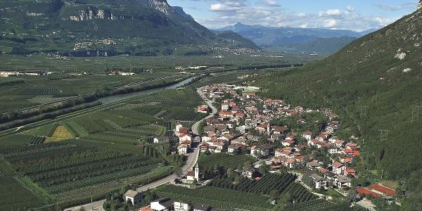 Laag im Südtiroler Unterland, hier bei den Tennisplätzen startet die Mountainbiketour