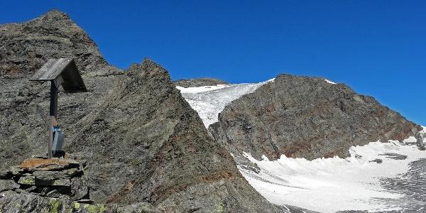 Unscheinbar und doch überwältigend: Vom kleinen Gipfelkreuz der Hofmannspitze fällt der Blick direkt auf den Gletscher.