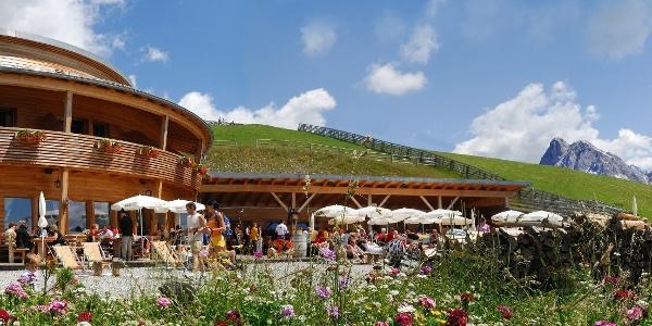 Die Rossalm bietet fantastische Ausblicke auf das Peitlerkofelmassiv und die Geislergruppe.
