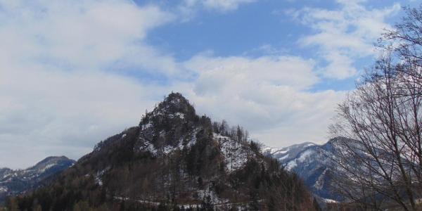 Die imposante Form des Falkensteins ist vom Stausee Klaus aus besonders schön zu sehen