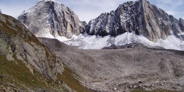 La Cima Bianca Grande (a sinistra) e la Cima Bianca Piccola dal sentiero del Passo Gelato