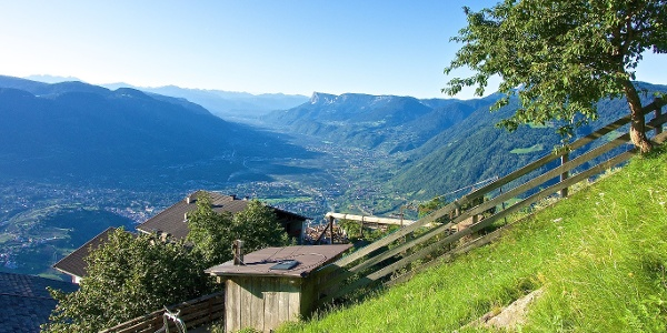 Diese Tour bietet ein bezauberndes Panorama, das sich weit über das Etschtal und den Meraner Kessel erstreckt.