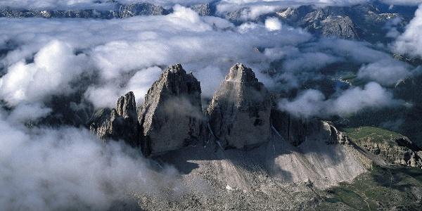 Blick auf die Drei Zinnen in den Sextner Dolomiten. Rechts im Bild der Misurinasee.
