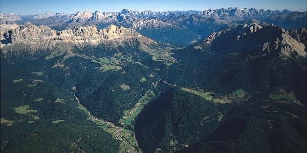 Panoramarunde zwischen den schönsten Massiven und Zacken der Dolomiten: dem Bergmassiv des Rosengarten und des Latemar.