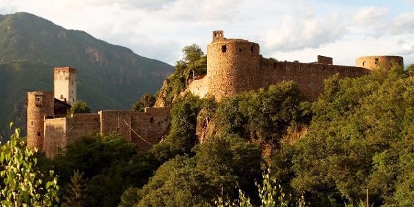 Ein Schloss als Symbol für die Freiheit, welches über Bozen wacht.