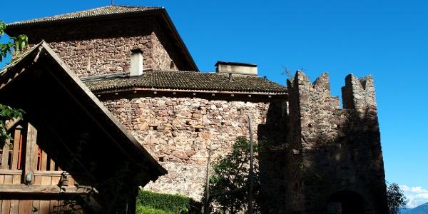 Vorbei an der kleinen Burg Andrian-Wolfsthurn führt die Familienwanderung zum Bittnerhof.