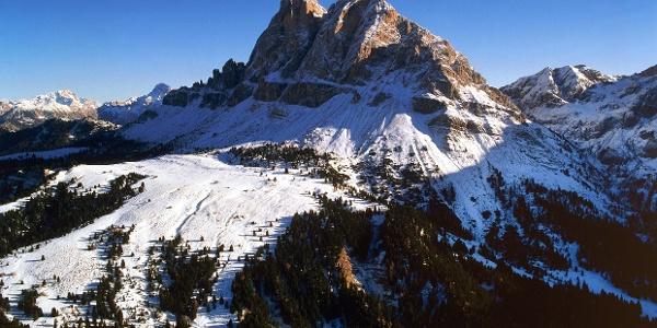 Die Langlaufloipe Würzjoch führt unterhalb des Peitlerkofels auf der im Winter gesperrten Forstraße entlang.