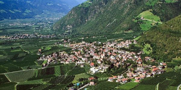 Der Saxnerweg startet von Partschins und führt nach Vellau oberhalb von Algund.