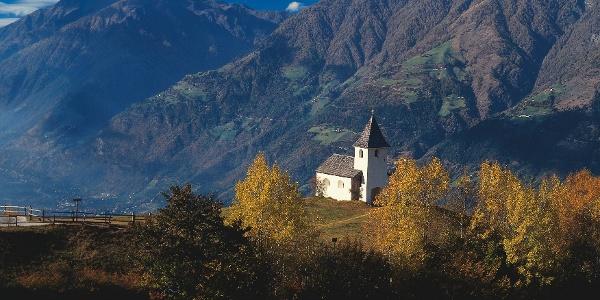 Vom Eggersteig aus sichtbar, das idyllische Kirchlein Maria Schnee in Aschbach.