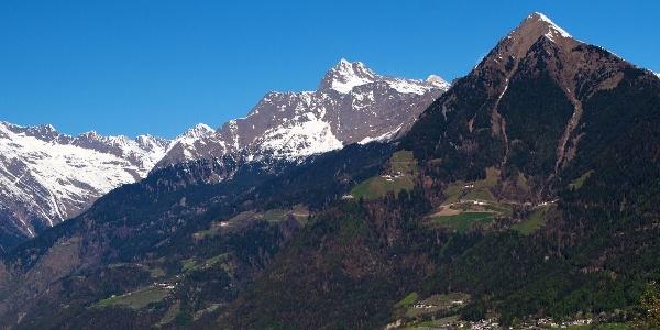 Das Tiroler Kreuz liegt am Fuße der Mutspitze oberhalb von Dorf Tirol.