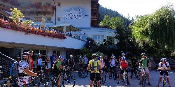 Die Banklrunde in Eggen startet beim Hotel Marica.