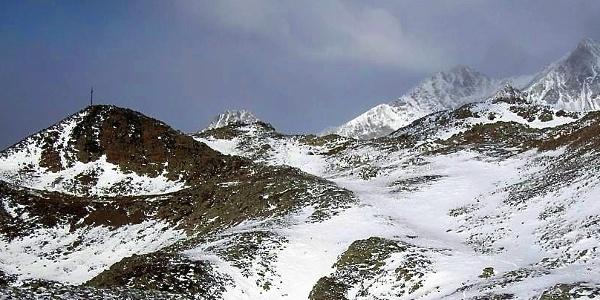 Das Gipfelkreuz des Kor ist ein Teilziel der Schneeschuhtour.