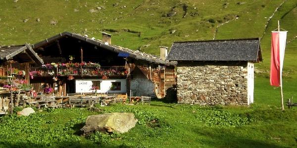 Wunderschön liegt der Lazinserhof früh morgens in der Sonne.
