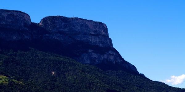 Die steil abfallenden Felswände des Gantkofel hoch über dem Etschtal bei Bozen