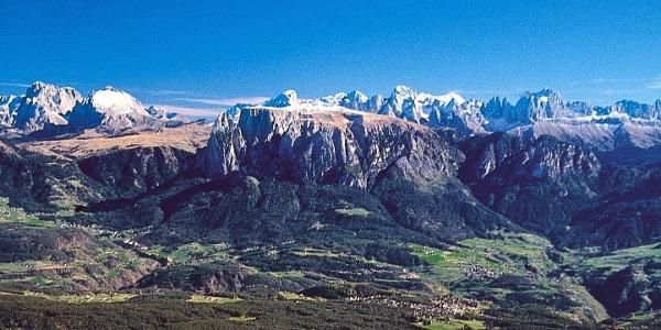 Vom Panoramaweg am Ritten reicht der Blick zum Schlern und den Dolomiten hinaus