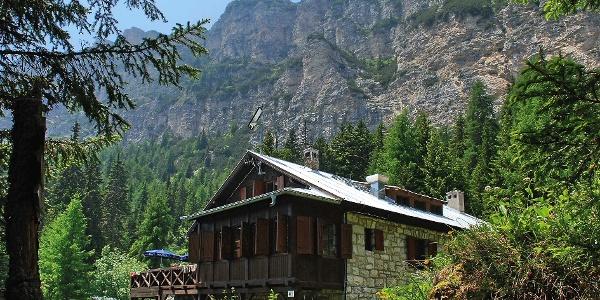 Die Überetscher Hütte in malerischer Umgebung