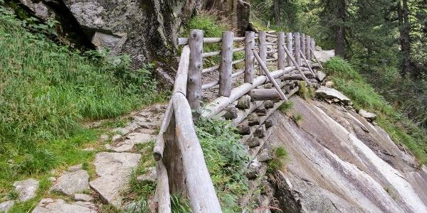 Auf hervorragenden Wanderweg führt die Tour durchs Geltal.