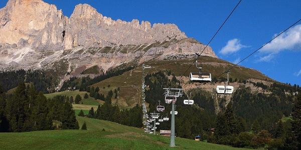 Der moderne Vierer-Sessellift bringt die Wanderer zur Paolinahütte (2127 m).