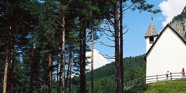 Am Rande einer Waldlichtung auf 1240 m steht das Kirchlein St. Sebastian