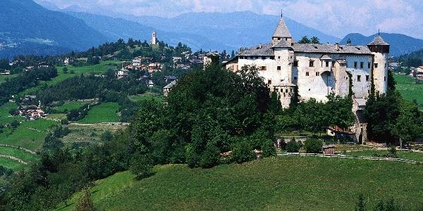 Schloss Prösels mit Völs am Schlern im Hintergrund