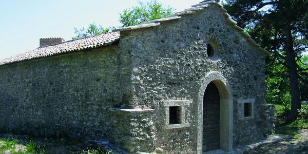 La solitaria chiesetta di San Martino in Trasiel