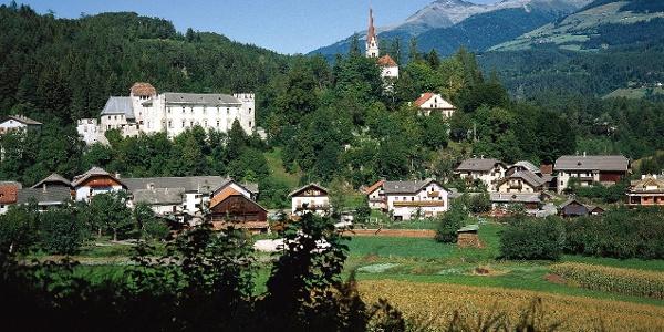 Über dem Ort Ehrenburg erhebt sich der Burghügel mit dem Schloss Ehrenburg.
