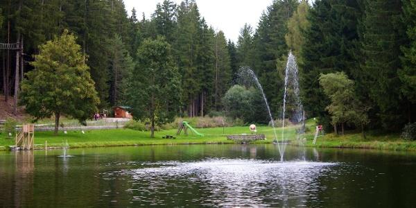 Der kleine, aber sehr beliebte Badesee Issinger Weiher im Pustertal.
