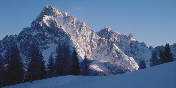 Die Dreischusterspitze (3145 m) thront über dem Innerfeldtal bei Sexten.
