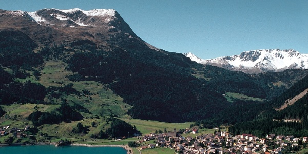 Blick auf das Dorf Reschen und den darüber liegenden Piz Lat