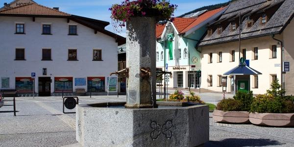 Am Dorfbrunnen in Niederdorf, hier erfolgt der Start des Marathons