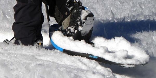 Bei der Schneeschuhwanderung trifft man auch auf steile Passagen
