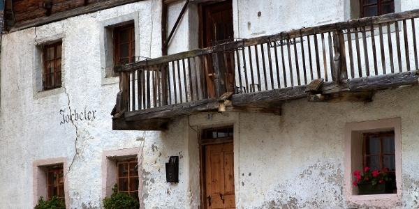 Traditionelle Bausubstanz prägt das Dorfbild von Pfelders.