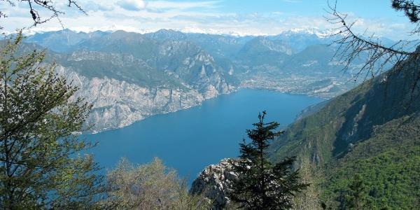 Vom »Sentiero del Ventrar« überblickt man den nördlichsten Teil des Gardasees. Am Horizont die Gipfelketten von Adamello-Presanella und Brenta