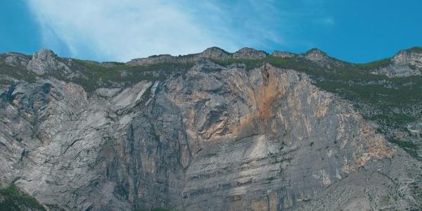 Hier brachen in grauer Vorzeit Millionen Kubikmeter Gestein herunter: die Ostflanke des Monte Brento