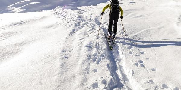 Vom Zufritt-Stausee mit den Skiern auf den Altplittschneid im Martelltal.